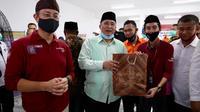 Menteri Sosial Juliari P. Batubara menyerahkan bantuan sosial (bansos) untuk masyarakat terdampak Covid-19.
