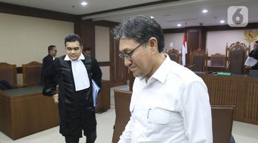 Mantan Anggota DPR periode 2014-2019, Sukiman meninggalkan ruangan usai menjalani sidang dakwaan di Pengadilan Tipikor, Jakarta, Kamis (26/12/2019). Sukiman didakwa menerima suap senilai Rp 2.650.000.000 dan USD 22 ribu atau sekitar Rp 312 juta. (Liputan6.com/Herman Zakharia)