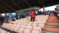 Bobotoh tampak sabar menunggu penyemprotan desinfektan di Stadion Si Jalak Harupat jelang laga antara Persib Bandung kontra PSS Sleman, Minggu (15/3/2020). (Bola.com/Erwin Snaz)