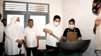 Menteri BUMN Erick Thohir meninjau salah satu dapur umum dari 10 titik dapur yang ada di Jakarta. (dok: KBUMN)