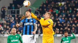 Gelandang Inter Milan, Matias Vecino, berebut bola dengan kiper Ludogorets, Plamen Iliev dalam leg pertama 32 besar Liga Europa di Huvepharma Arena, Kamis (20/2/2020). Inter Milan sukses membawa pulang kemenangan usai mengalahkan tuan rumah Ludogorets 2-0. (AP/Vadim Ghirda)