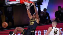 Pebasket Los Angeles Lakers, Dwight Howard, memasukkan bola saat melawan Denver Nuggets pada gim kedua final wilayah barat Playoff NBA 2020, Senin (21/9/2020). Lakers menang dengan skor 105-103. (AP/Mark J. Terrill)