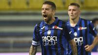 Penyerang Atalanta, Alejandro Gomez, merayakan gol yang dicetaknya ke gawang Parma pada laga lanjutan Serie A di Stadio Ennio Tardini, Rabu (29/7/2020) dini hari WIB. Atalanta menang 2-1 atas Parma. (Massimo Paolone/LaPresse via AP)