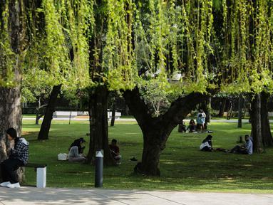 Sejumlah pengunjung bersantai di Lapangan Banteng, Jakarta, Sabtu (23/10/2021). Pemerintah Provinsi DKI Jakarta akan membuka 59 ruang terbuka hijau (RTH). (Liputan6.com/Faizal Fanani)