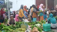 Pedagang-pedagang pasar tradisional terancam oleh keberadaan toko modern yang berdiri di kawasan pasar. (Foto: Liputan6.com/Muhamad Ridlo)