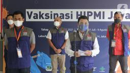 Wakil Gubernur DKI Jakarta Ahmad Riza Patria memberikan sambutan pada vaksinasi HIPMI Jaya di SMP dan SMA Labschool Kebayoran, Jakarta Selatan, Sabtu (03/7/2021). HIPMI bekerja sama dengan pemerintah berakselerasidalam vaksinasi Covid-19 untuk pemulihan ekonomi nasional. (Liputan6.com/Fery Pradolo)