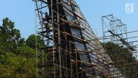 Pekerja menyelesaikan pembuatan kaldron utama di kawasan Gelora Bung Karno (GBK), Jakarta, Sabtu (21/7). Kaldron utama penyalaan api saat pembukaan Asian Games 2018 berada di luar  Stadion GBK. (Merdeka.com/Imam Buhori)
