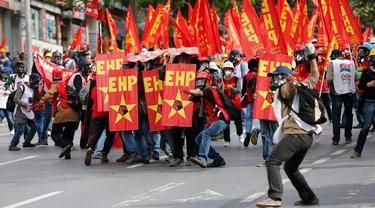 Peringatan Hari Buruh Sedunia yang dilakukan di Istanbul, Turki, Kamis (1/5/2014) berlangsung ricuh. (REUTERS/Murad Sezer)