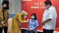 Menko Perekonomian Airlangga Hartarto meninjau pelaksanaan vaksinasi di Batam (dok: Ajang Nurdin)
