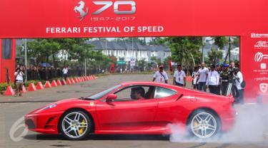 Sebuah mobil Ferrari 430 unjuk kebolehan dengan berputar ditempat dalam Ferrari Festival of Speed di BSD City, Tangerang Selatan, Minggu (23/04). Festival ini dalam rangka merayakan 70 tahun Ferrari. (Liputan6.com/Fery Pradolo)
