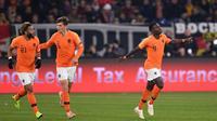 Para pemain Belanda merayakan gol ke gawang Jerman pada laga Liga A1 UEFA Nations League, di Veltins Arena, Gelsenkirchen, Senin (19/11/2018). (AFP/Marius Becker)