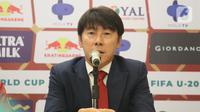 Shin Tae-Yong memberi keterangan resmi pertama saat perkenalan pelatih baru Timnas Indonesia di Ruang VVIP Stadion Pakansari, Kab Bogor, Jawa Barat, Sabtu (28/12/2019). Shin Tae-Yong resmi menandatangani kontrak sebagai pelatih Timnas Indonesia selama 4 tahun. (Liputan6.com/Helmi Fithriansyah)