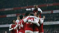 Para pemain Arsenal merayakan gol yang dicetak ke gawang Burnley dalam lanjutan Premier League 2017-2018 di Emirates Stadium, Sabtu 20/1/2018). (AP Photo/Frank Augstein)