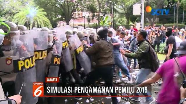 Ratusan pengunjuk rasa kepung gedung KPU dalam rangka simulasi pengamanan Pemilu 2019.