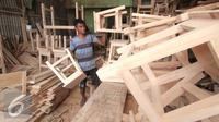 Pekerja merapihkan kursi dan meja di Jakarta, Jumat (20/11). Data Kementerian Koperasi dan UKM ketiga bank tersebut berupaya untuk mendorong penyaluran KUR kisaran Rp24-25 triliun hingga akhir tahun 2015.  (Liputan6.com/Angga Yuniar)