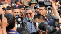 Dengan kawalan ketat petugas keamanan Presiden SBY tiba di posko pengungsian korban erupsi gunung Kelud (Liputan6.com/Helmi Fithriansyah).