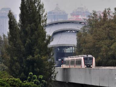 Rangkaian kereta LRT rute Kelapa Gading-Velodrome saat melakukan uji coba dari Stasiun Velodrome, Jakarta, Senin (25/2). Rencana pengoperasian LRT fase 1 rute Kelapa Gading-Velodrome kembali ditunda hingga akhir Maret 2019. (Merdeka.com/Iqbal S Nugroho)