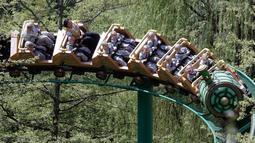 Para biksu cilik menaiki roller coaster saat mengunjungi taman hiburan Everland di Yongin, Korea Selatan, Kamis (2/5). Jelang perayaan ulang tahun Buddha pada 12 Mei, anak-anak di Korea Selatan akan menginap di kuil selama tiga minggu. (AP Photo/Lee Jin-man)