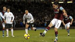 Graham Alexander. Bek Skotlandia yang hanya bermain semusim di Liga Inggris ini mencetak gol terakhirnya di usia 38 tahun dan 6 bulan saat Burnley menghadapi Hull City, 10 April 2010. Total ia mencetak 7 gol, 1 assist dan 2 clean sheet dalam 33 laga. (AFP/Andrew Yates)
