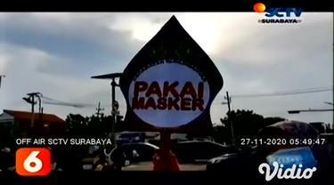 Menjelang Pilkada Serentak 2020, KPU Surabaya menggelar sosialisasi protokol kesehatan kepada pengguna jalan dengan membagikan masker serta mengajak masyarakat tidak takut untuk datang ke TPS.