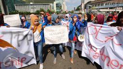 Sejumlah mahasiswi yang tergabung dalam Kopri PB PMII melakukan aksi di Bundaran HI, Jakarta, Minggu (13/3/2016). Dalam aksinya, mereka berjalan sambil membentangkan spanduk penolakan kebijakan tentang pemberlakukan TPP. (Liputan6.com/Helmi Fithriansyah)