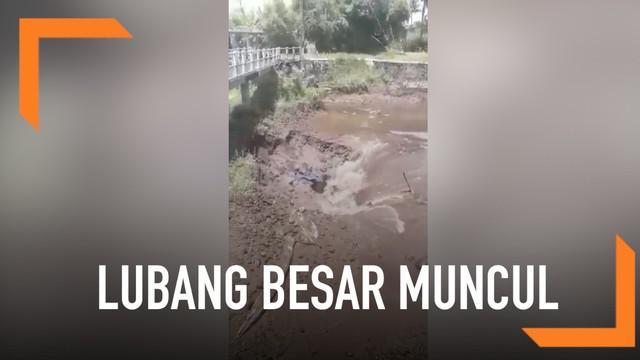 Sebuah lubang besar muncul di tengah sungai Kuning, Dusun Sambirejo, Sleman.