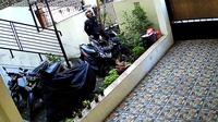 Pencurian sepeda motor di Kebon Jeruk tertangkap kamera pengawas (CCTV). (Istimewa)