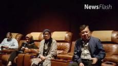 Penampilan beda dari biasanya ditampilkan JK saat menonton film Silariang di The Premiere Metropole XXI, Menteng, Jakarta Pusat.