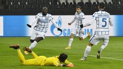 Striker Inter Milan, Romelu Lukaku, melakukan selebrasi usai mencetak gol ke gawang Borussia Moenchengladbach pada laga Liga Champions di Stadion Borussia Park, Rabu (2/12/2020). Inter Milan menang dengan skor 3-2. (AP/Martin Meissner)