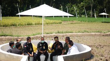 Menteri Pertanian Syahrul Yasin Limpo (Mentan SYL) mengunjungi sekaligus panen padi di Svarga Bumi Borobudur, lokasi agro wisata sawah Kabupaten Magelang,