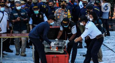 Petugas KNKT meletakkan Black box atau kotak hitam pesawat Sriwijaya Air SJ 182 yang jatuh di Kepulauan Seribu di Dermaga JICT, Jakarta, Selasa (12/1/2021). Meski FDR sudah ditemukan, namun Cockpit Voice Recorder (CVR) masih dalam proses pencarian.  (Liputan6.com/Johan Tallo)