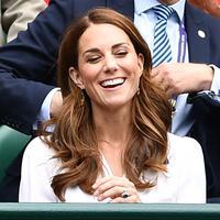 Kate Middleton tertawa saat menyaksikan pertandingan turnamen tenis Wimbledon 2019 di All England Tennis Club di Wimbledon, London, Inggris 2/7/2019). Kate Middleton bergaun gaun putih dari Suzannah dan tas tangan Alexander McQueen dan kacamata hitam Ray-Ban. (AFP Photo/Glyn Kirk)