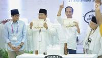 Dua pasang capres-cawapres Prabowo Subianto-Sandiaga Uno dan Joko Widodo-Ma'ruf Amin menunjukan nomor urut peserta Pemilu 2019 di Kantor KPU, Jakarta, Jumat (21/9).  (Liputan6.com/Faizal Fanani)