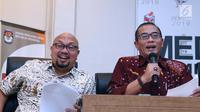Komisioner KPU, Hasyim Asyari (kanan) membacakan hasil LPSDK Partai Politik peserta Pemilu 2019 di Jakarta, Rabu (2/1). 16 partai politik serta tim kampanye pasangan Capres/Cawapres telah menyerahkan LPSDK masing-masing. (Liputan6.com/Helmi Fithriansyah)