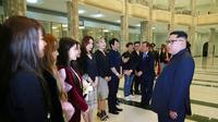 Kim Jong-un saat bertemu dengan sejumlah bintang K-pop di Pyongyang pada Minggu (1/4/2018). (Korean Central News Agency/Korea News Service via AP)