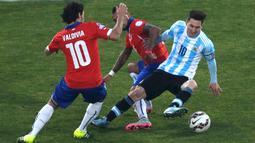 Penyerang Argentina, Lionel Messi (kanan) berusaha melewati dua pemain Chili saat final Copa America 2015 di Stadion Nasional, Santiago, Chili, (4/7/2015). Chili menang lewat adu penalti atas Argentina dengan skor 4-1. (REUTERS/Ricardo Moraes)