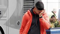 Marcos Rojo terlihat menyeka air matanya setelah mengetahui saudara sepupunya meninggal dunia akibat ditembak mantan polisi di Argentina. (The Sun)