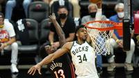 Pebasket Milwaukee Bucks, Giannis Antetokounmpo (putih), ketika melawan Miami Heat dalam play-off NBA 2020/2021. (AP/Lynne Sladky).