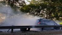 Kondisi mobil Datsun Go yang menabrak Guardrail Train Tol Porong-Sidoarjo, Jumat (15/6/2018). (dok. Istimewa/JawaPos.com)
