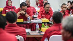 Pimpinan partai tingkat provinsi (DPD) mengikuti Rapat Kordinasi Nasional (Rakornas) pemenangan Pileg dan Pilpres 2019 di kantor DPP PDIP, Jakarta, Sabtu (1/12). Rakornas mengambil tema 'Berjuang Untuk Kesejahteraan Rakyat'. (Liputan6.com/Faizal Fanani)