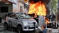 Sejumlah kendaran dibakar saat terjadi aksi demonstrasi pada peringatan Hari Buruh di Paris, Prancis (1/5). Hari Buruh pada umumnya dirayakan pada tanggal 1 Mei, dan dikenal dengan sebutan May Day. (AFP/Alain Jocard)