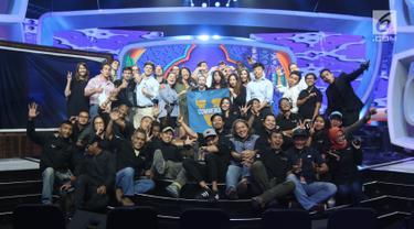 Sejumlah mahasiswa Universitas Virginia foto bersama saat berkunjung di Studio Indosiar, Daan Mogot, Jakarta, Kamis (31/5). Kunjungan tersebut untuk mengetahui bagaimana sebuah perusahaan media itu bekerja. (Liputan6.com/Arya Manggala)