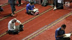 Sejumlah jemaah membaca kitab suci Alquran usai salat di Masjid Istiqlal, Jakarta, Selasa (7/5/2019). Tadarus Alquran berarti membaca, merenungkan, menelaah, dan memahami wahyu-wahyu Allah SWT. (Liputan6.com/Faizal Fanani)