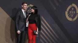 Striker Real Madrid, Cristiano Ronaldo dan kekasihnya, Georgina Rodriguez, berpose saat menghadiri acara Quina Awards di Lisbon, Portugal, Senin (19/3/2018). Georgina tetap tampil cantik meski habis melahirkan. (AP/Armando Franca)