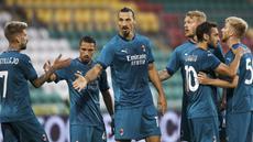 Pemain AC Milan merayakan gol yang dicetak Zlatan Ibrahimovic ke gawang Shamrock Rovers pada laga babak kualifikasi Luga Europa 2020/2021 di Tallaght Stadium, Jumat (18/9/2020) dini hari WIB. AC Milan menang 2-0 atas Shamrock Rovers. (AP Photo/Peter Morgan)