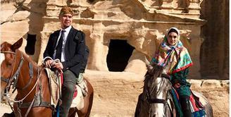 Pasangan rumah tangga Ahmad Dhani dan Mulan Jameela sedang bulan madu ke Jerusalem. Pada wisata religi ini,  Mulan berpenampilan berbeda dari biasanya. (Instagram/mulanjameela1)
