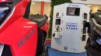 Swapping baterai atau tukar baterai khusus sepeda motor listrik hadir sudah hadir di Green Energy Station (GES) oleh PT Pertamina (Persero) Tbk di  SPBU Pertamina 31.129.02 di jalan HR Rasuna Said, Kuningan, Jakarta. (Herdi Muhardi)