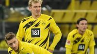 Para pemain Borussia Dortmund tampak lesu usai ditaklukkan Stuttgart pada laga Bundesliga di Stadion Signal Iduna Park, Minggu (13/12/2020). Stuttgart menang dengan skor 5-1. (AFP/Ina Fassbender)