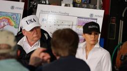 Presiden AS, Donald Trump bersama Ibu Negara Melania Trump berpartisipasi dalam sebuah rapat terkait upaya penanganan dan evakuasi warga terdampak Badai Harvey di Firehouse 5 in Corpus Christi, Texas, Selasa (29/8). (AP Photo/Evan Vucci)