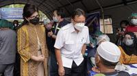 Menteri Kesehatan RI Budi Gunadi Sadikin bersama Ketua Komisi IX DPR RI pelaksanaan vaksinasi COVID-19 bagi kelompok lansia di Auditorium Universitas Sam Ratulangi, Manado, Sulawesi Utara pada Jumat, 5 Maret 2021. (Dok Kementerian Kesehatan RI)